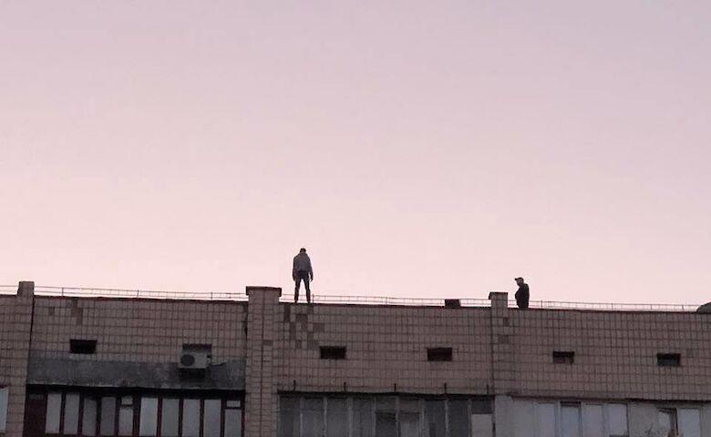 парень хотел прыгнуть с крыши многоэтажки